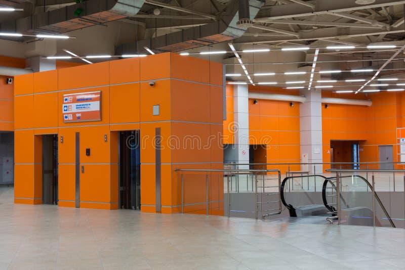 Zaal met roltrap en lift in paviljoen MosExpo stock afbeelding