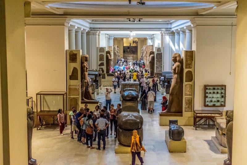 Zaal met sarcophagi en standbeelden in het Egyptische Museum stock afbeeldingen