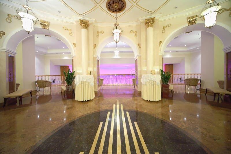 Zaal met uitgangen aan balkon in Hotel de Oekraïne