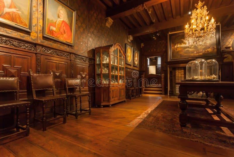 Zaal met uitstekende kroonluchter en antiek meubilair in drukmuseum van plantin-Moretus, Unesco-Erfenisplaats stock foto's