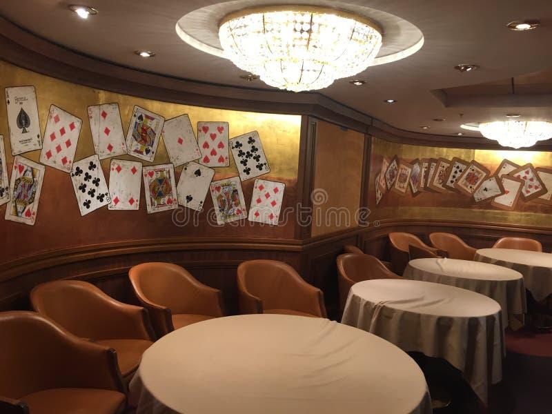 Zaal om kaarten binnen een cruisespaander te spelen royalty-vrije stock afbeelding