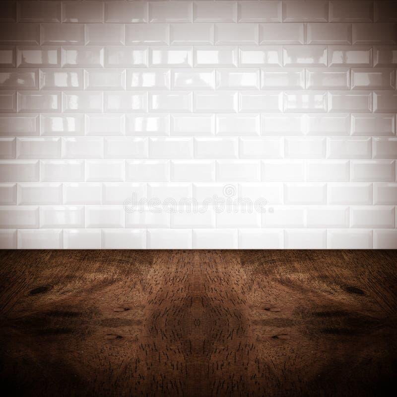 Zaal perspectief, witte keramische tegelmuur en harde houten grond stock fotografie