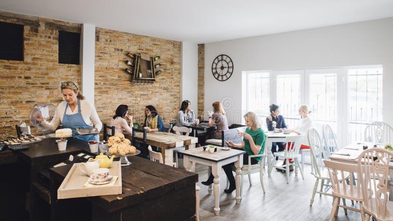 Zaal van een Bezige Koffie wordt geschoten die royalty-vrije stock fotografie