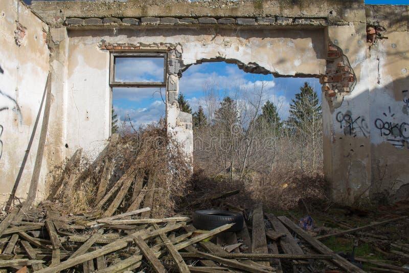 Zaal van een verlaten huis royalty-vrije stock foto