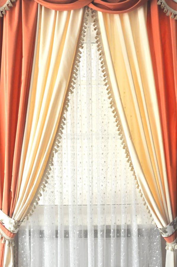 https://thumbs.dreamstime.com/b/zaal-venster-met-witte-gele-en-oranje-gordijnen-84785907.jpg