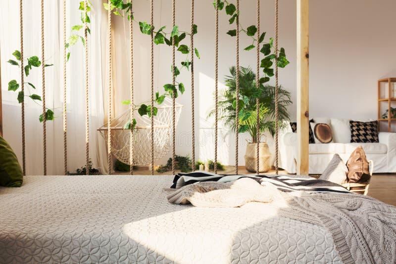 Zaal verdeler naast bed stock afbeelding