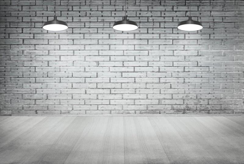 Zaal witte baksteen grunge muur en houten vloer met plafondlamp stock foto