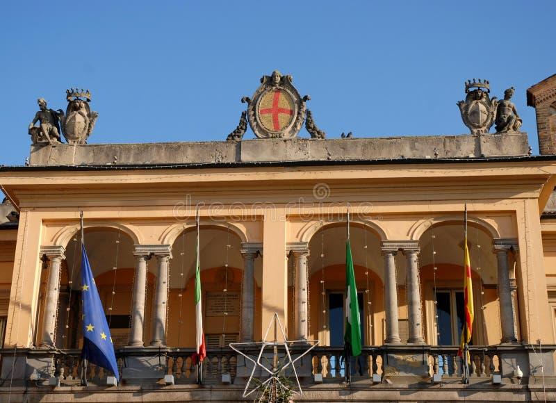 Zaal zonovergoten mattuttino en intense blauwe hemel in het stadscentrum in Lodi in Lombardije (Italië) stock afbeeldingen