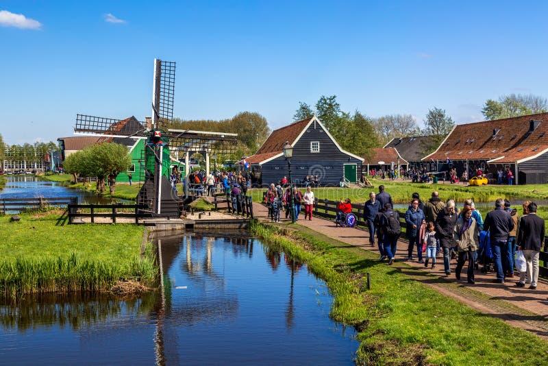 Zaandam, Nederland - mag, 2018: Het dorp van Zaanseschans met toeristen dichtbij Zaandam, Nederland Typisch landschap met royalty-vrije stock afbeeldingen