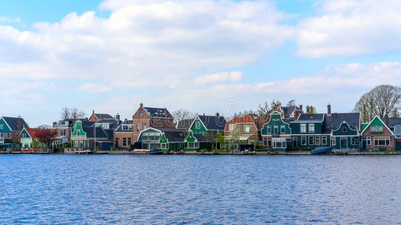 Zaandam, os Países Baixos, o 11 de abril de 2019: Casas situadas no abrigo de Oude em Zaandam imagem de stock