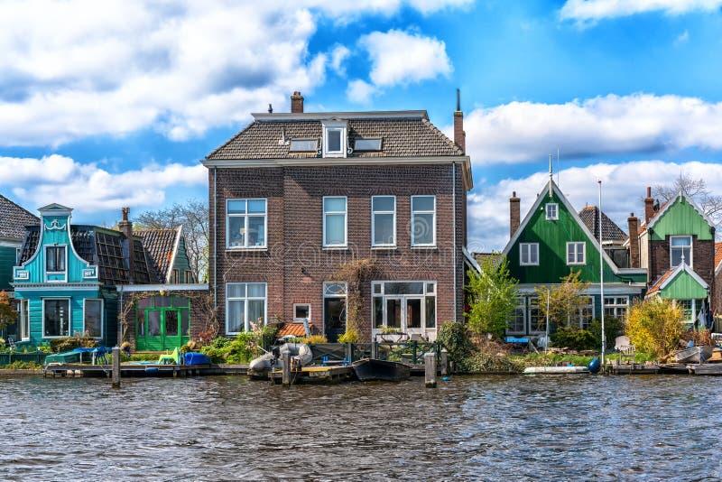 Zaandam, os Pa?ses Baixos, o 11 de abril de 2019: Casas situadas no abrigo de Oude em Zaandam imagens de stock royalty free