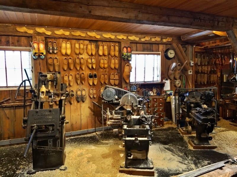 Zaanse Schans/Países Baixos - 25 de março de 2018: Oficina de madeira da sapata de Kooijman As máquinas que fazem de madeira hola fotografia de stock royalty free