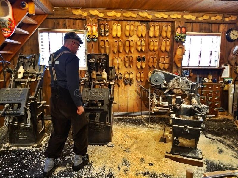 Zaanse Schans/Países Baixos - 25 de março de 2018: Oficina de madeira da sapata de Kooijman O operador mostra como de madeira hol imagem de stock royalty free