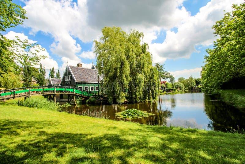 Zaanse Schans, Países Bajos - 10 de julio de 2016: Paisaje holandés rural con los canales del agua en el pueblo de Zaanse Schans  imagen de archivo