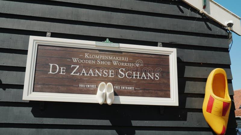 Zaanse Schans, Paesi Bassi, maggio 2018: La mostra della manifattura fatta a mano della scarpa in Zaans Hans Calzature fatte di l immagini stock