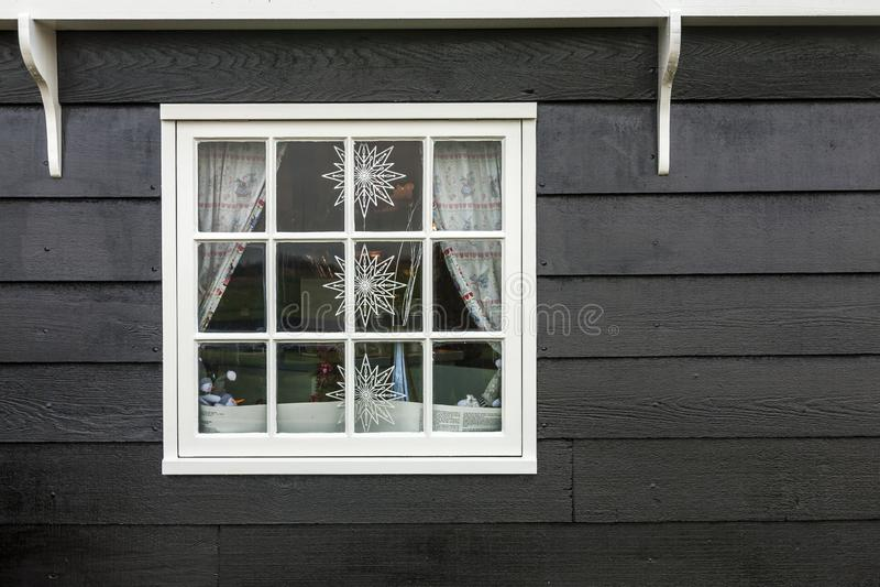 Zaanstad, Paesi Bassi - 10 dicembre 2009: Vecchia finestra olandese di legno della casa decorata per il Natale fotografia stock