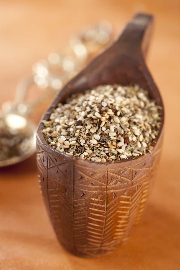 Zaatar- una miscela delle erbe, dei semi di sesamo e del sale fotografie stock libere da diritti