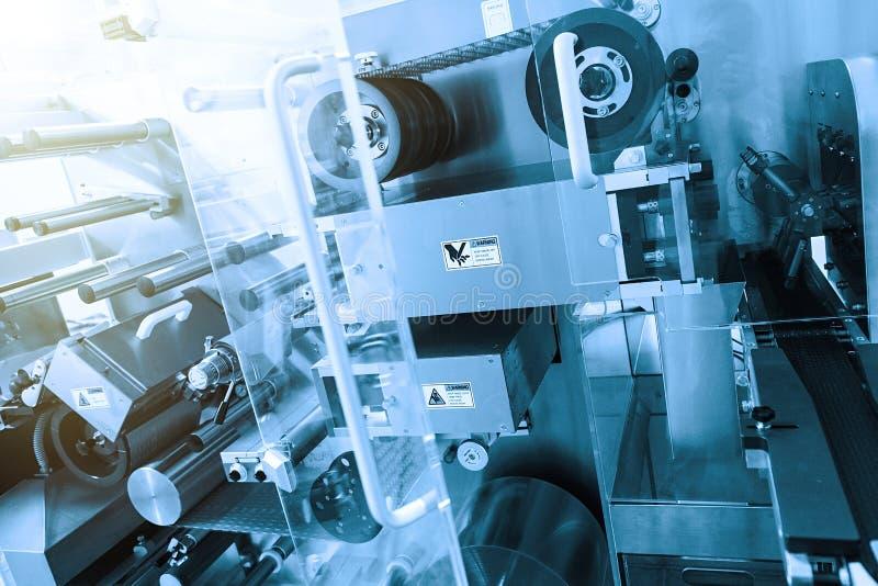 Zaawansowany technicznie maszyny przy rośliną Błękitny brzmienie Błękitny odcień zdjęcie stock