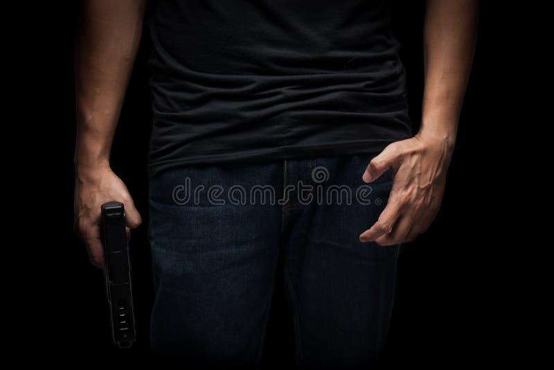 Zabójca z pistoletu zakończeniem up nad czarnym tłem zdjęcia stock