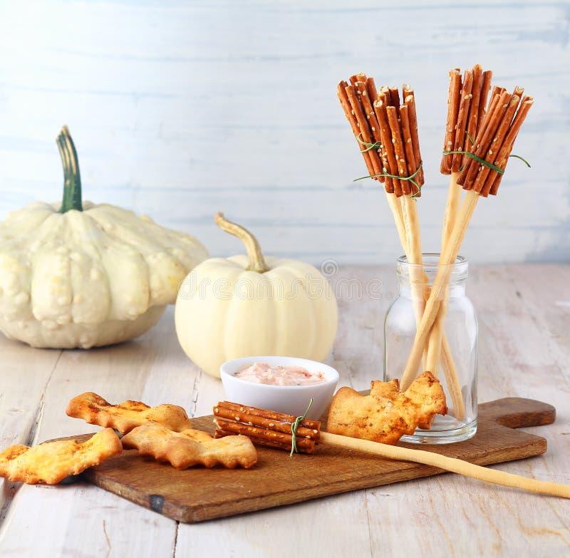 Zabaw czarownic broomstick Halloweenowe zakąski obrazy stock