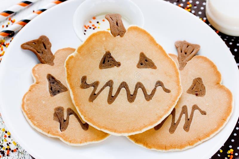 Zabawa dyniowi bliny dla Halloweenowego wakacyjnego przyjęcia Yummy bania fotografia royalty free