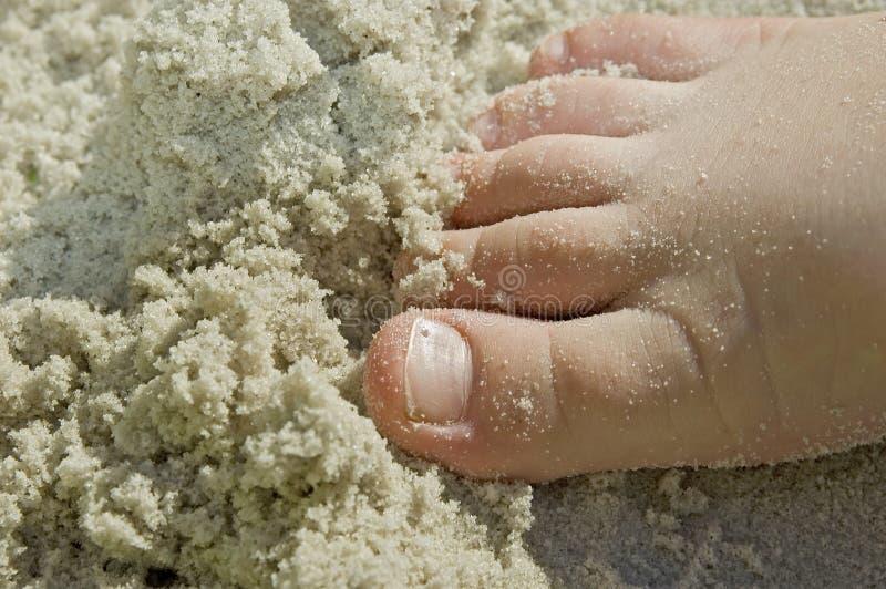 zabawa dzieci nożna plażowa sandy fotografia stock