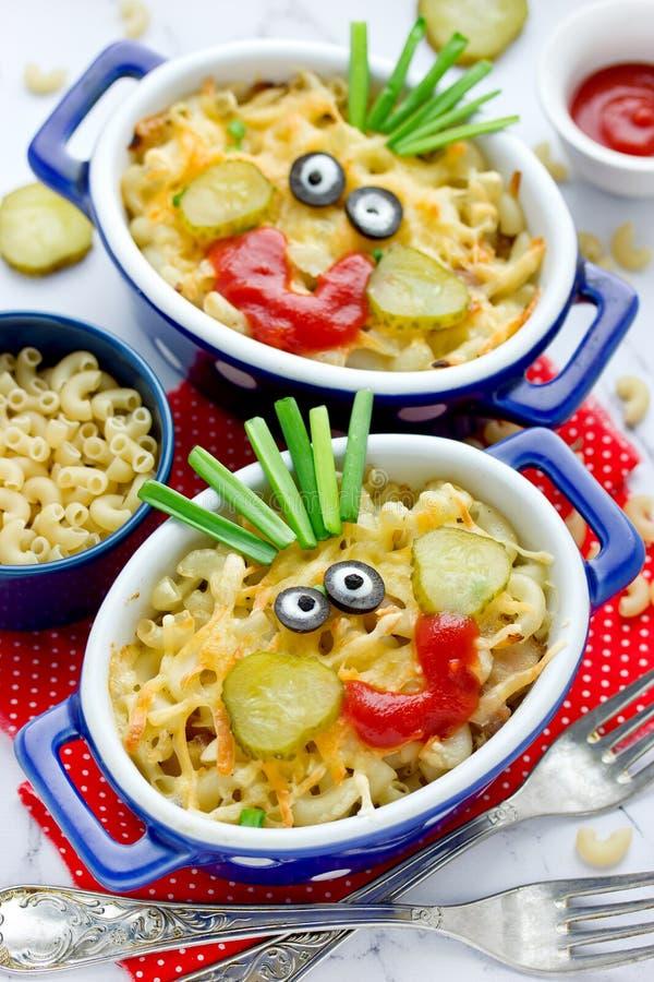 Zabawa karmowy pomysł dla dzieciaków - amerykański mac i serowy makaron piec z tandetnym kumberlandem obraz stock