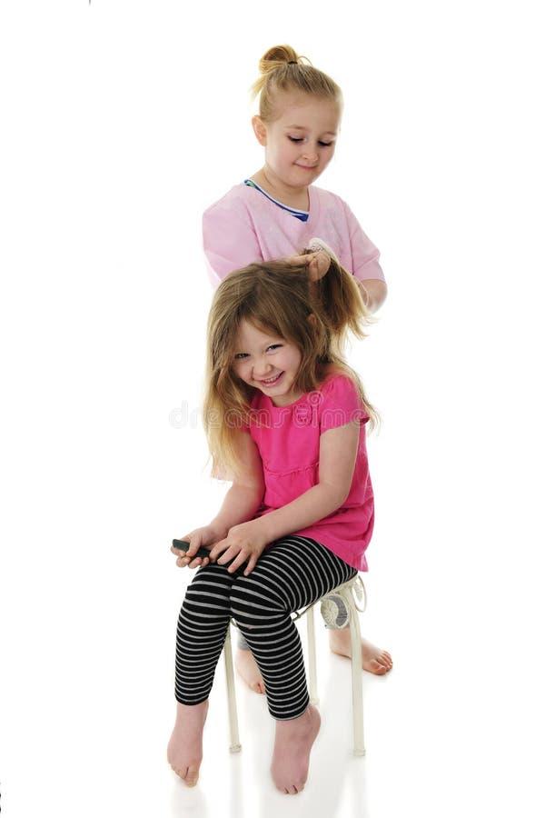 Zabawa Ma siostry Robi Mój włosy zdjęcia royalty free