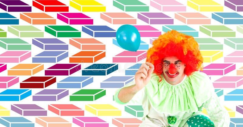 Zabawa szczęśliwy błazen z balonem z kolorowym geometrycznym wzorem obrazy royalty free