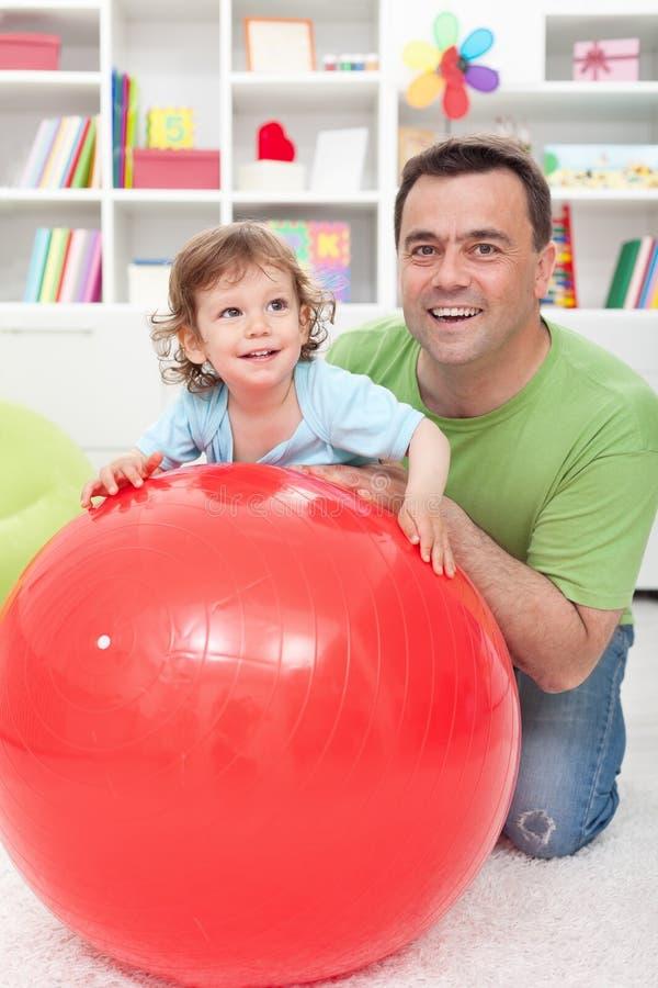 Zabawa z tata - chłopiec bawić się z jego ojcem fotografia royalty free