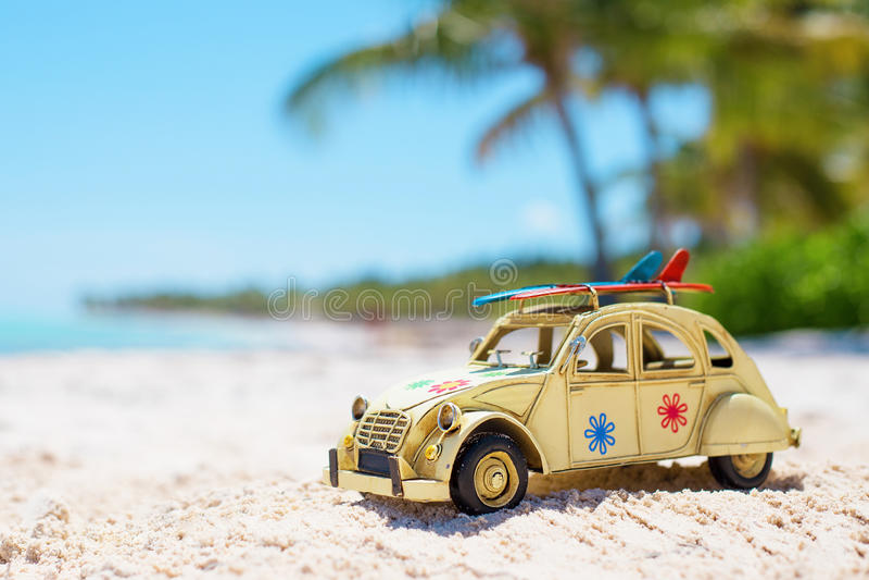 Zabawka na oceanu brzeg Natura konceptualny skład zdjęcia royalty free