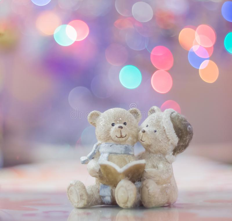 Zabawka niedźwiedzie na Bożenarodzeniowym tle obrazy stock