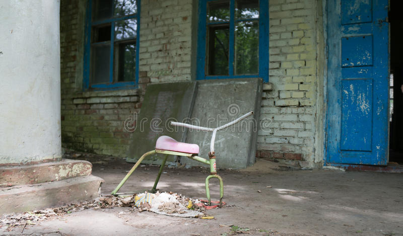 Zabawka przed zaniechanym dziecinem w Chernobyl fotografia stock