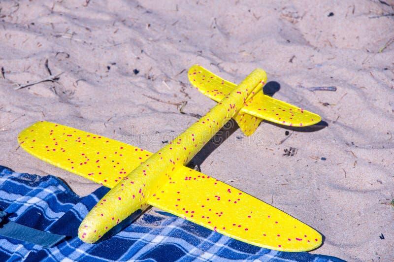 Zabawka samolot na piasku Wakacje i wakacje zdjęcie royalty free