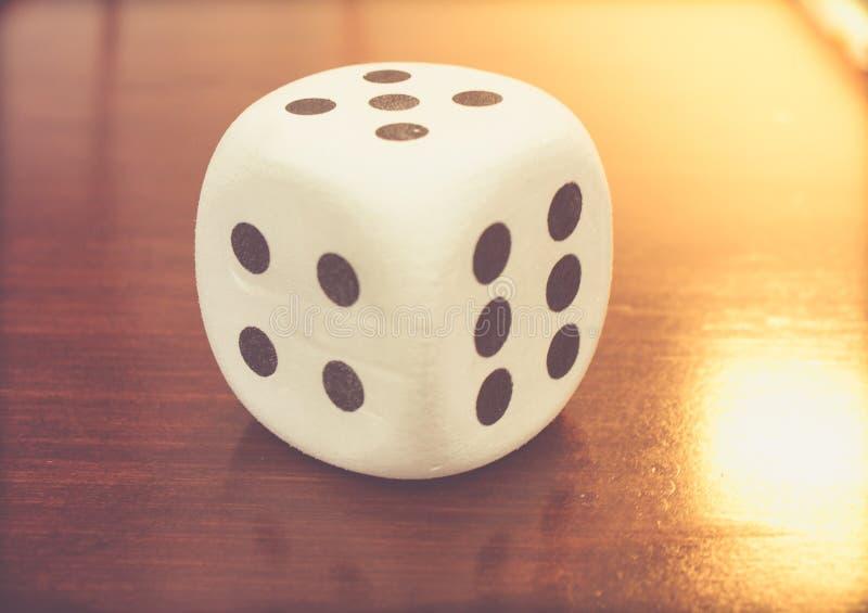 Zabawkarscy kostka do gry na drewno stole obrazy royalty free