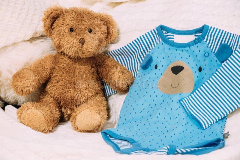 Zabawkarscy Niedźwiadkowi Pobliscy dziecka ` s Odzieżowi Rompers fotografia stock