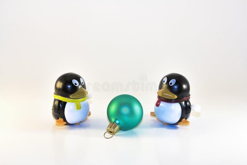 Zabawkarscy pingwiny Patrzeje Xmas ornament obraz stock