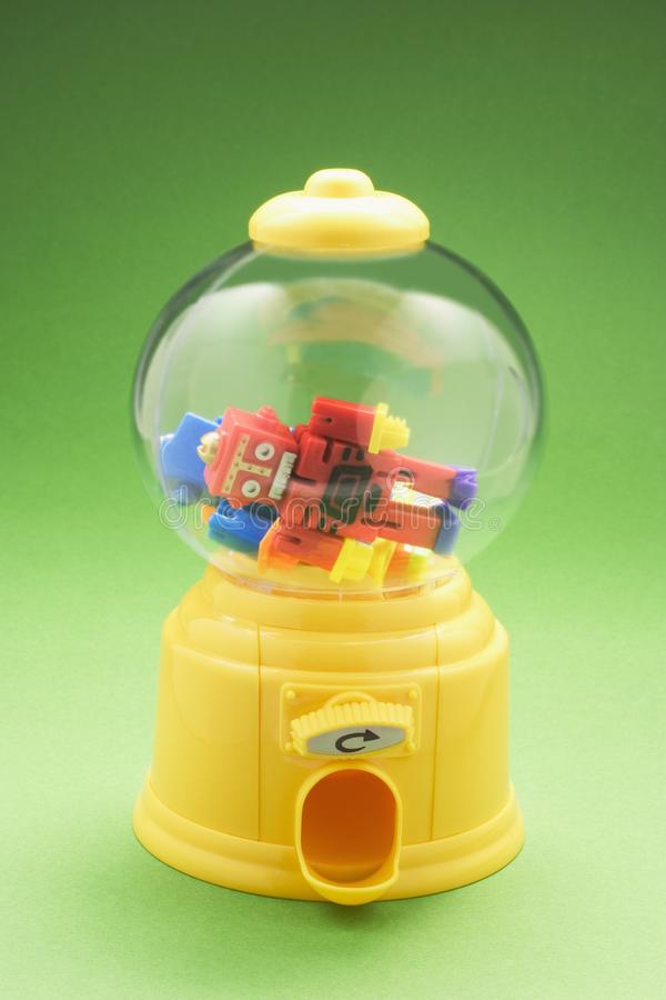 Zabawkarscy roboty w Bubblegum maszynie fotografia stock