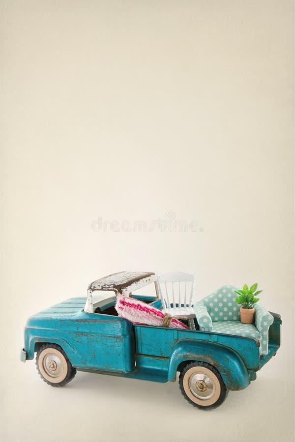 Zabawkarska ciężarówka pakująca z kolorowym meble zdjęcia royalty free