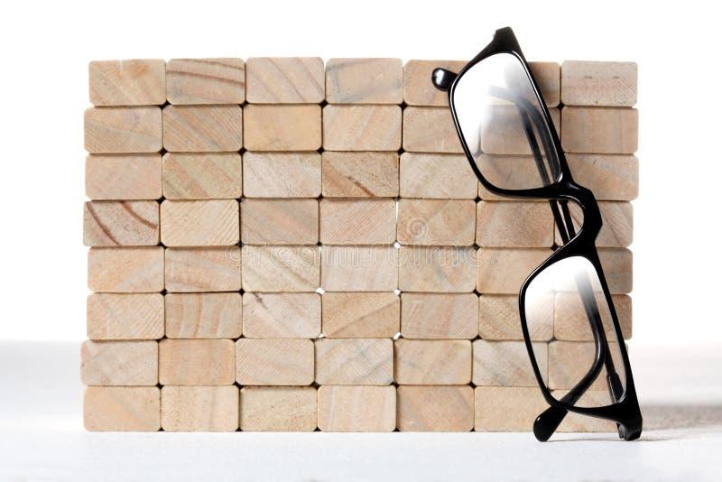 Zabawkarska drewniana blok ściana z parą czytelniczy szkła obraz stock