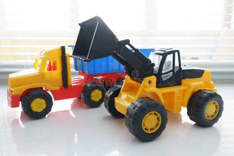 Zabawkarska koło zabawki i ładowacza usypu ciężarówka fotografia royalty free