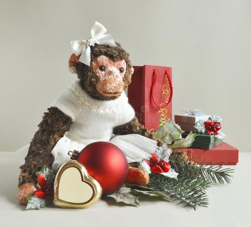 Zabawkarska małpa z Bożenarodzeniowymi dekoracjami i prezentami zdjęcie royalty free