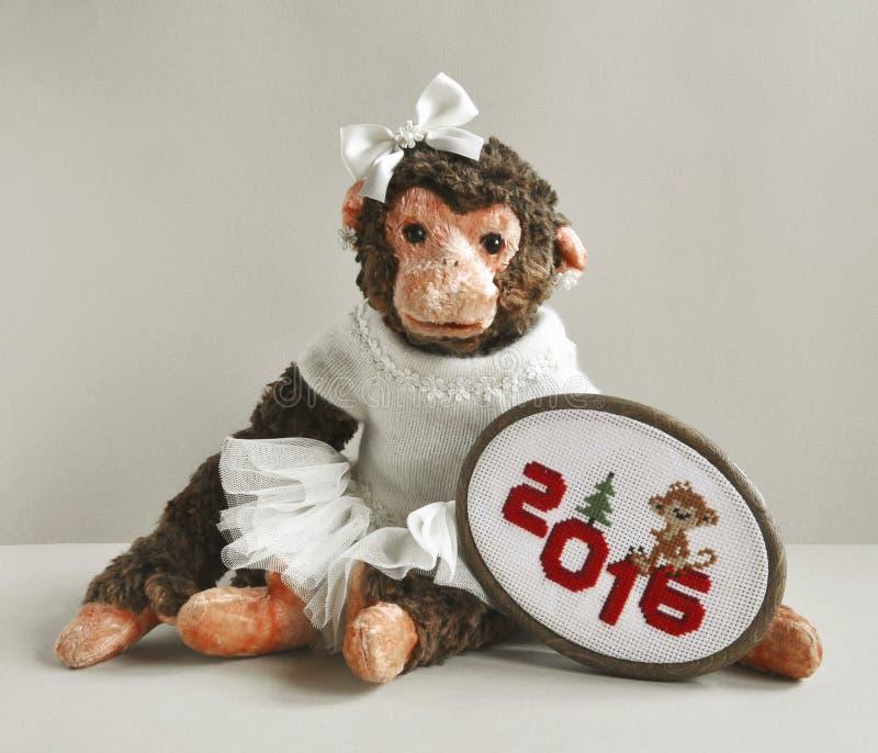 Zabawkarska małpa z hafciarskim ściegiem obrazy royalty free