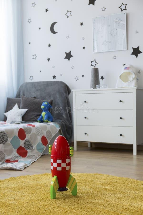 Zabawkarska rakieta w dziecka ` s sypialni obrazy stock