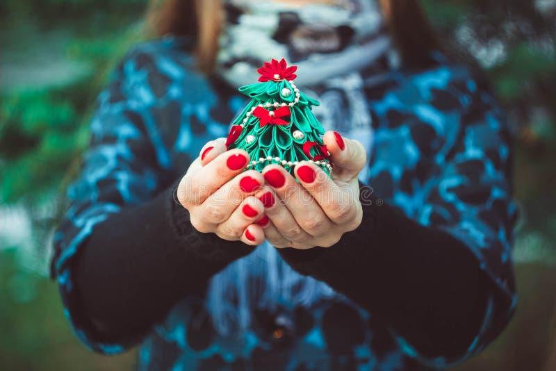 Zabawkarski drzewo w rękach obraz stock