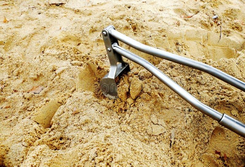 Zabawkarski metalu ekskawator na boisku w piasku zdjęcia royalty free