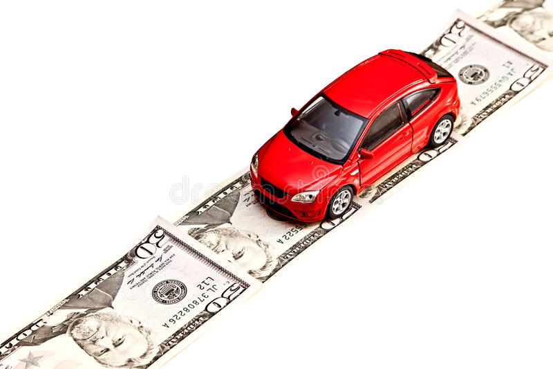 Zabawkarski samochód na pieniądze drodze, odizolowywającej na bielu zdjęcie royalty free