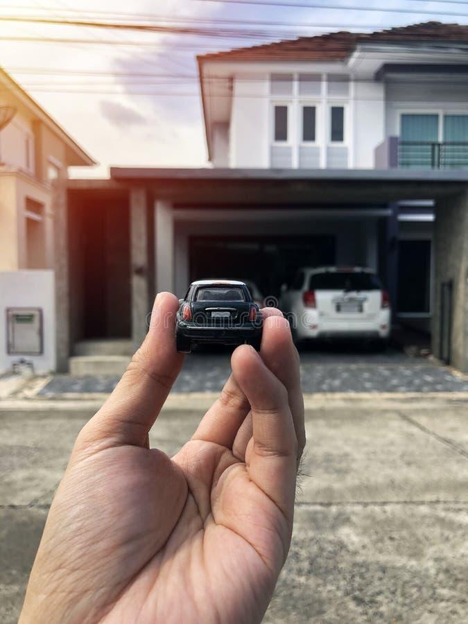 Zabawkarski samochód w ręce Ja jest jak parking w parking samochodowym zdjęcia stock