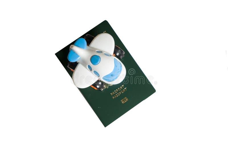 Zabawkarski samolot na górze zielonych paszportów na białym tle fotografia royalty free