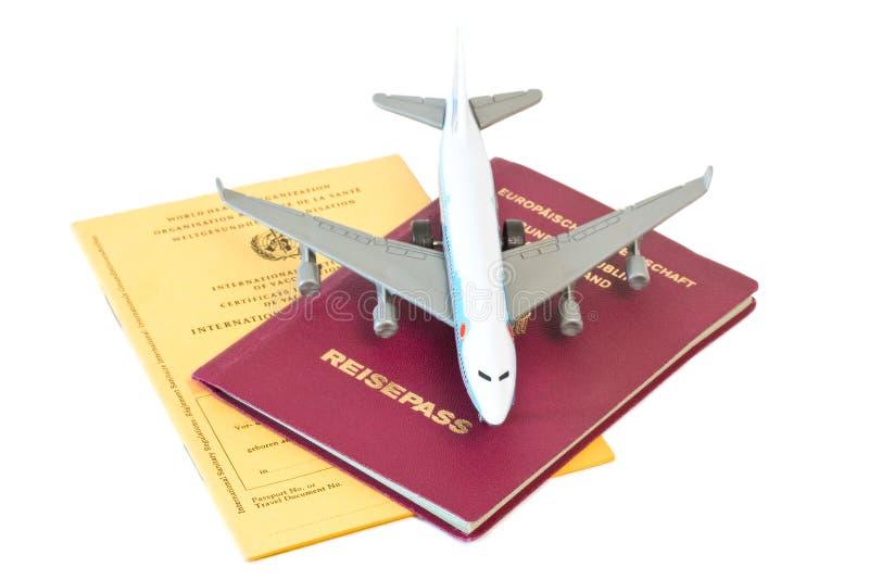Zabawkarski samolot na paszporcie i szczepienie karcie fotografia royalty free